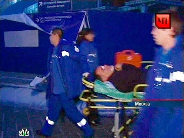 Arbeiter bringen einen Verletzten in Sicherheit