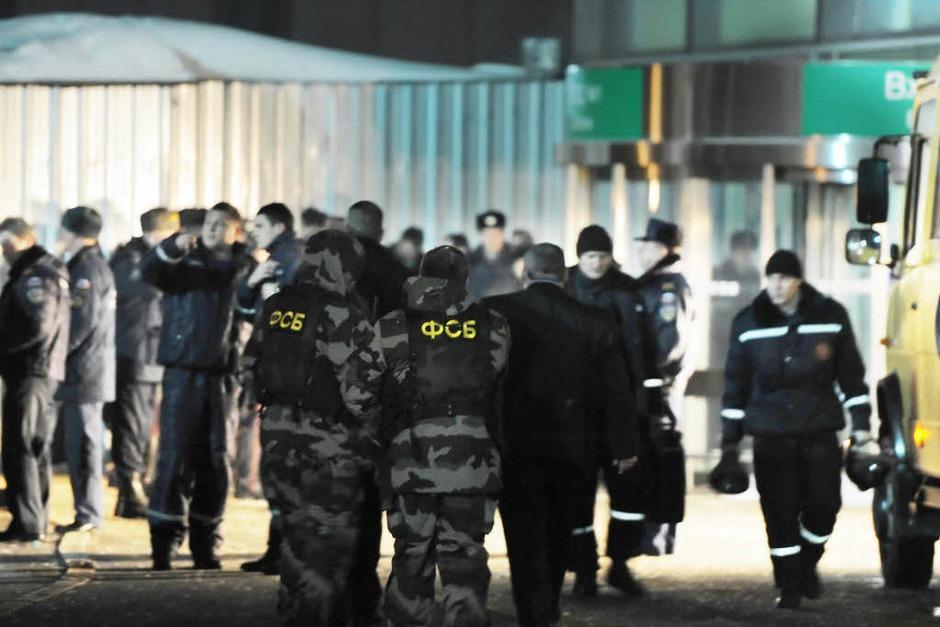 Sprengstoffexperten des russischen Inlandsgeheimdienstes FSB und Polizisten stehen vor dem Flughafen Domodedowo in Moskau. (Foto: dpa)