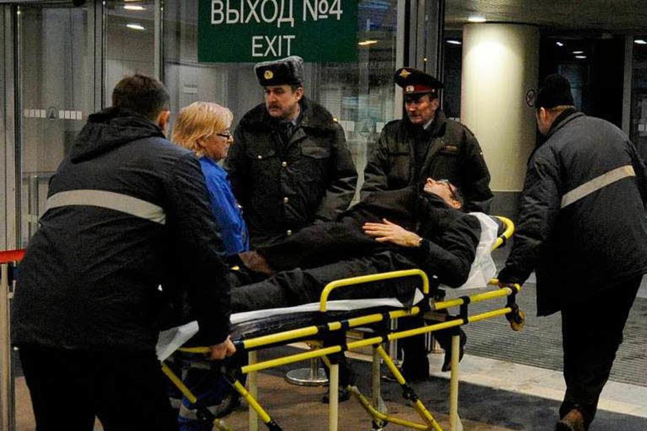 Sanitäter schieben im Flughafen Domodedowo in Moskau einen Verletzten auf einer Trage. (Foto: dpa)