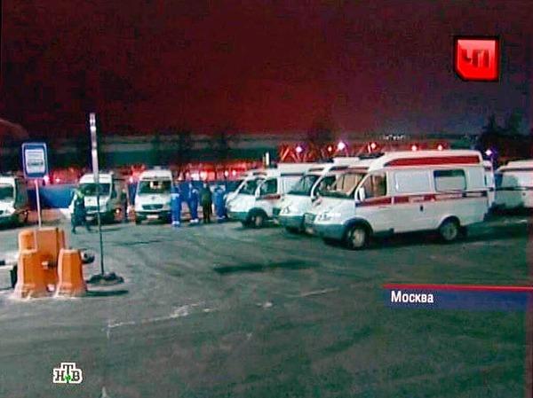 Krankenwagen kommen am Flughafen an