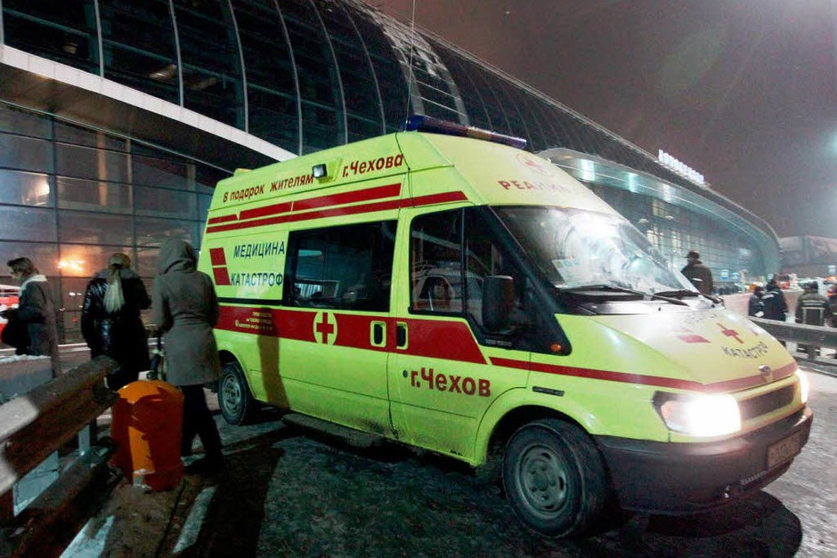 Ein Rettungswagen vor dem Flughafen. (Foto: dpa)