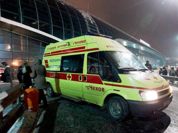 Ein Rettungswagen vor dem Flughafen.