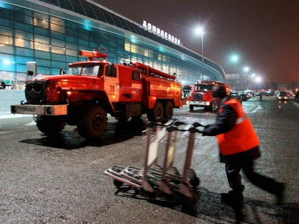 Ein Feuerwehrfahrzeug steht vor dem Flughafen