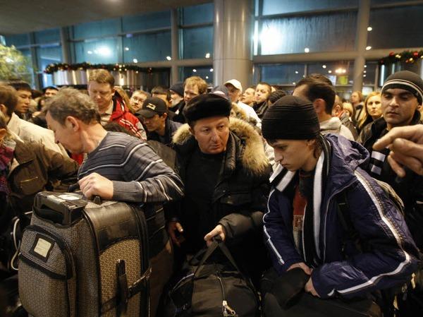 Reisende im Flughafengebäude