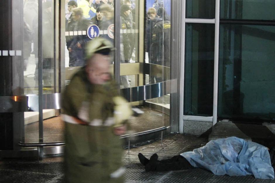 Vor einer Eingangstür des Flughafengebäudes liegt eine Leiche. (Foto: dpa)