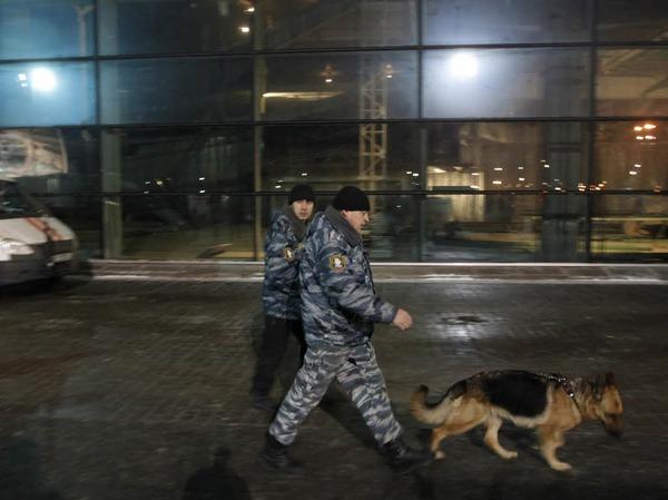 Sicherheitskräfte haben den Ort des Anschlags abgeschirmt.