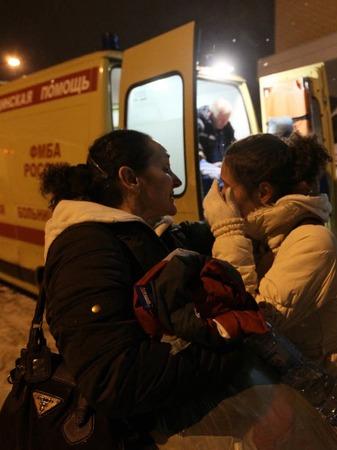 Eine Frau tr�stet eine weinende Verwandte