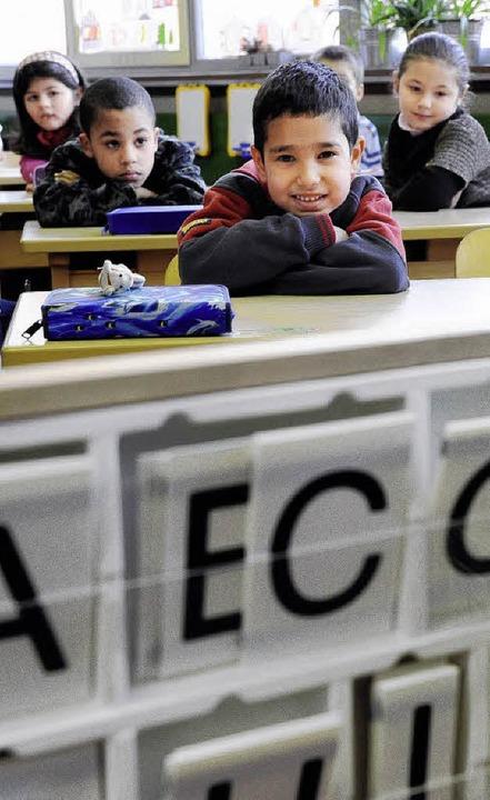 Schüler mit und ohne besonderen Förderbedarf  sitzen in einer Klasse.  | Foto: Ingo Schneider