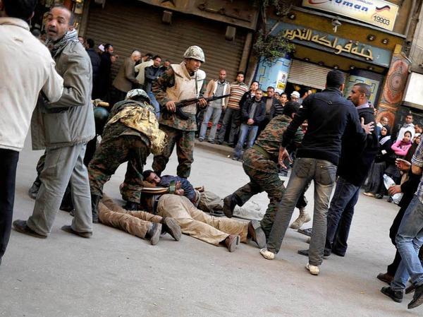 Die Unruhen gehen weiter: In Kairo lieferten sich Gegner und Anhänger von Mubarak gewaltsame Auseinandersetzungen, bei denen mehrere Menschen verletzt wurden.