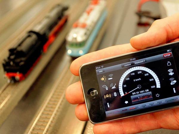 Papas Liebling: Mittels eines iPhones können mehrere Lokomotiven gesteuert werden.