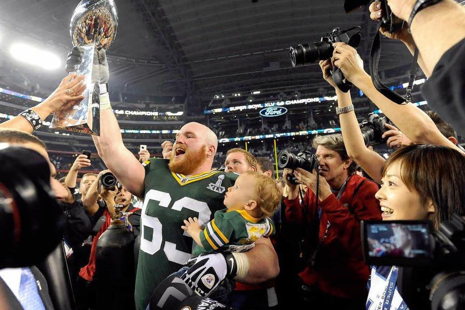 Scott Wells von den Green Bay Packers nach dem Sieg mit dem Vince Lombardi Pokal (Foto: dpa)