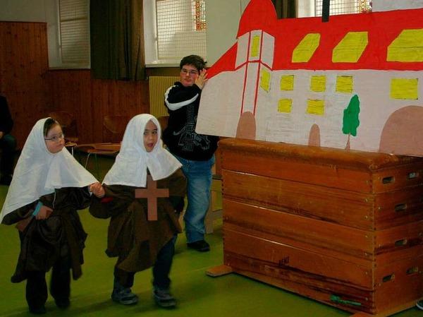 Mit einem kleinen Theaterstück bedankten sich die Kinder der Malteserschloßschule Heitersheim für die Spende.