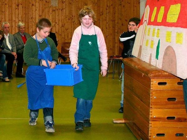 Mit einem kleinen Theaterst�ck bedankten sich die Kinder der Malteserschlo�schule Heitersheim f�r die Spende.