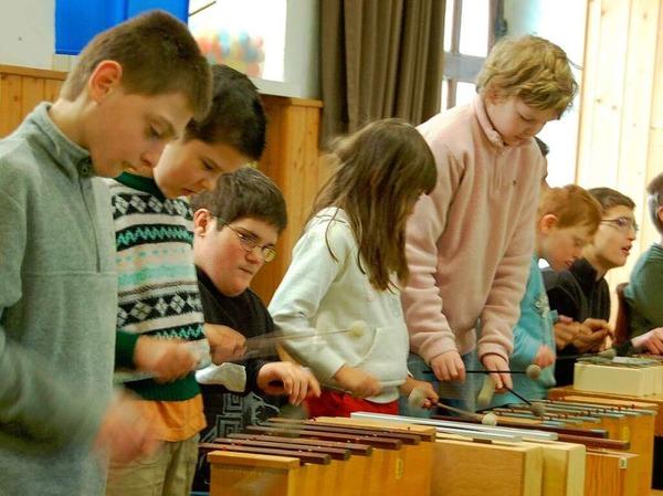Die Kinder unterhielten die Gäste mit Musik.