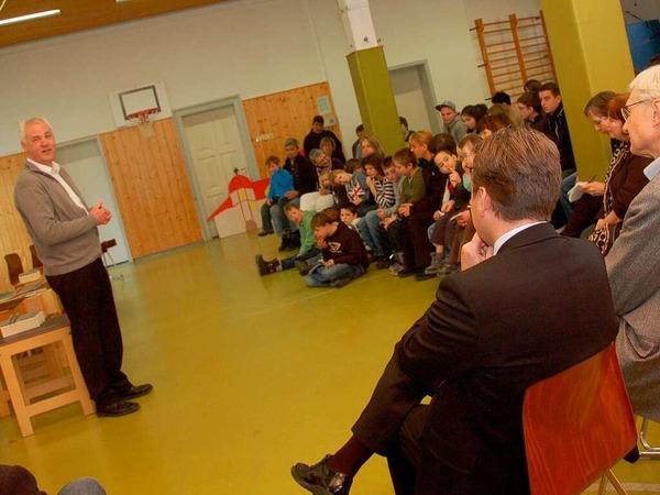 BZ-Regionalverlagsleiter Lothar Hilfinger freute sich, einen Scheck über 6000 Euro mitzubringen.