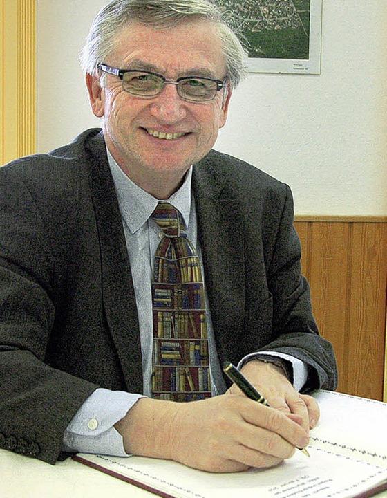 Der Regierungspräsident  trug sich  ins Buch der Gemeinde ein.  | Foto: Jochen Fillisch