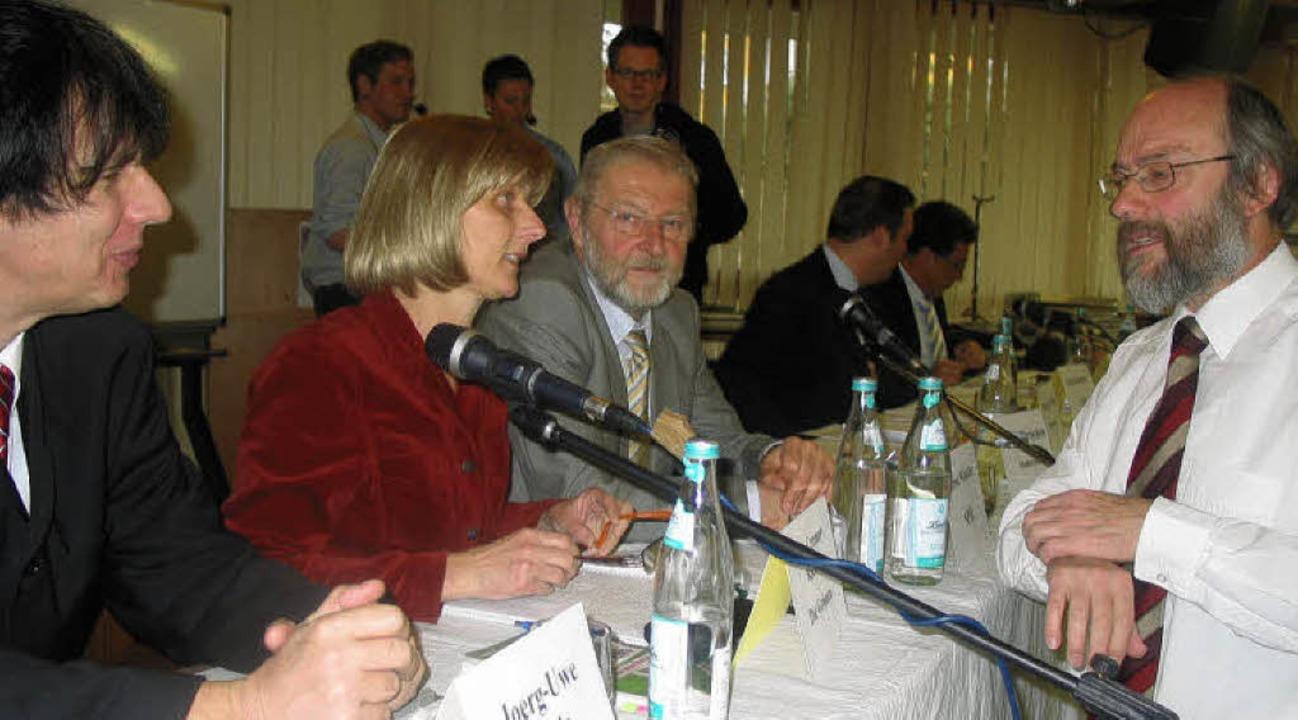 Plausch mit den Kandidaten: Der Rektor...iner und Klaus Denzinger (von links).   | Foto: Stefan Sahli