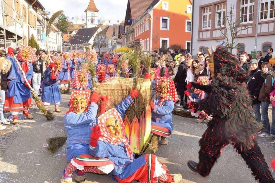 Heftig, heftig wurde am Sonntag in Malterdingen das Narrenkarussell gedreht. (Foto: Dieter Ergelet)