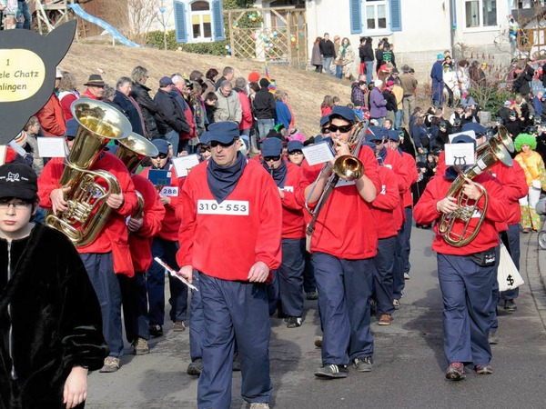 Zunftmusik der Stiegele Chatzen: 65 Gruppen mit rund 3500 H�s- und Maskentr�gern beim Schl�chttal-Narrentreffen in �hlingen