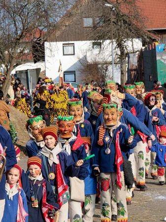 65 Gruppen mit rund 3500 H�s- und Maskentr�gern beim Schl�chttal-Narrentreffen in �hlingen