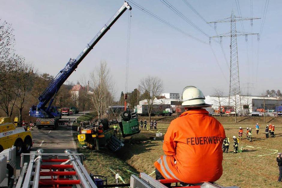 Bergung und Aufräumarbeiten - Umgestürzter Gastransporter auf der Kreisstrasse 114 zwischen Riegel und Teningen. (Foto: Hans-Peter Ziesmer)