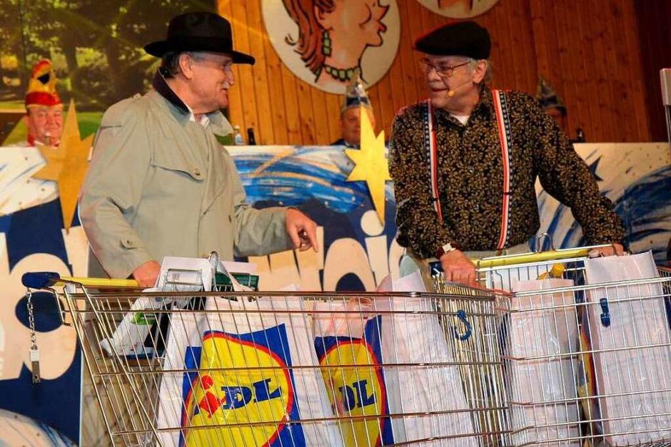 Hartmut Mößner und Werner Froß im Däninger Lidl-Markt. (Foto: Dagmar Barber)