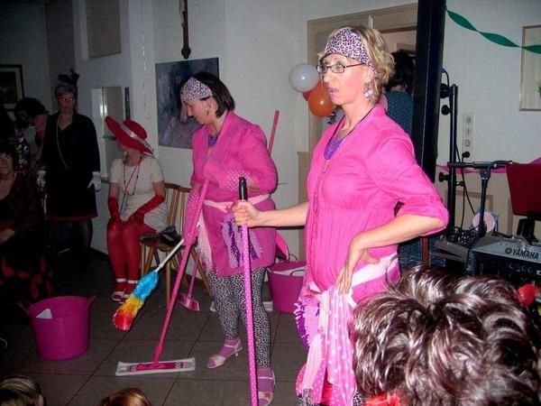 """""""Firma Wisch und Weg"""" mit Simone Grafm�ller und Eva Maier ( von links ) sorgten gr�ndliche f�r Sauberkeit - und nicht nur im Kronensaal."""