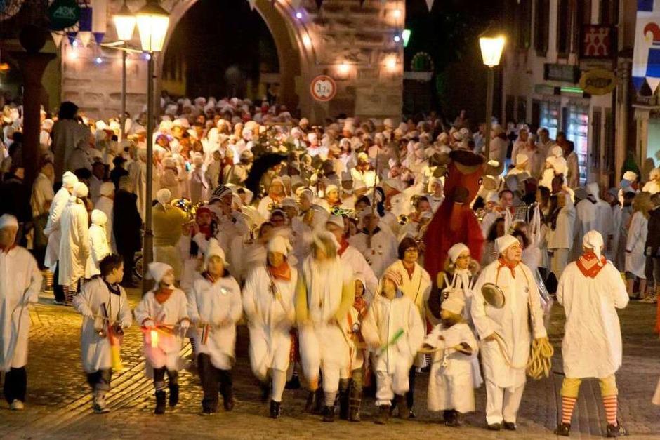 Tausende von weiß gewandeten großen und kleinen Narren - so viele wie schon lange nicht mehr - zogen am Donnerstagabend mit ohrenbetäubendem Lärm durch Endingen. (Foto: Martin Wendel)