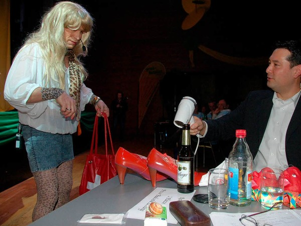 Die Frau von Maler Martin Herr  l�sst die umlackertien Schuhe von B�rgermeister Hollemann trocknen, weil der immer wieder viel Wind macht.