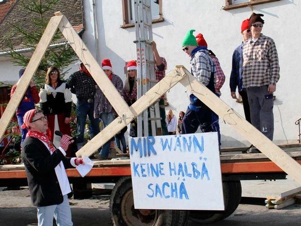 Die Narren wollen, dass Christbaum und HdG richtig beleuchtet werden: Stra�enfasnet auf dem Kirchplatz vor dem Rathaus