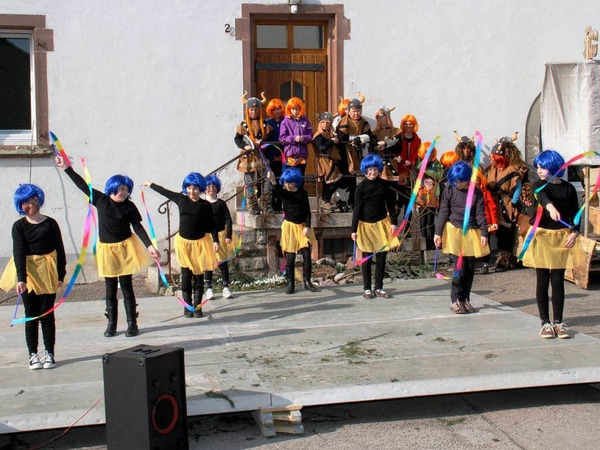 Viele T�nze auf der Freiluftb�hne: Stra�enfasnet auf dem Kirchplatz vor dem Rathaus