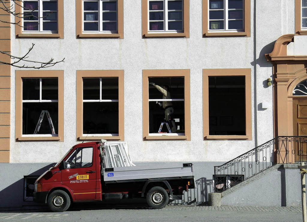 neue fenster in der schule grafenhausen badische zeitung. Black Bedroom Furniture Sets. Home Design Ideas