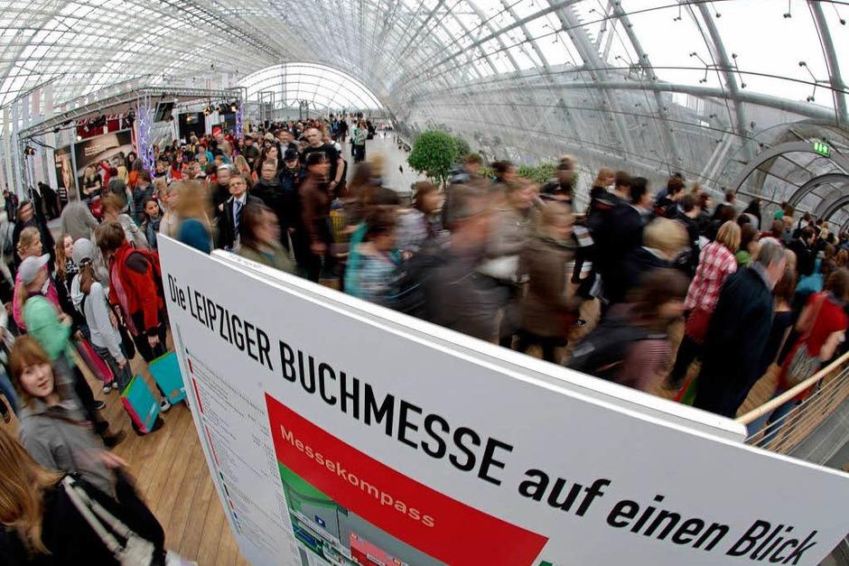 Tausende Besucher strömen zur  Leipziger Buchmesse, die am Morgen ihre Pforten öffnete. (Foto: dpa)