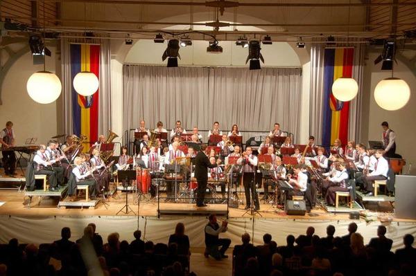 Beeindruckend: Die Stadtmusik mit 53 Musikerinnen und Musikern beim Jubiläumsabend auf der Bühne der Steinhalle.