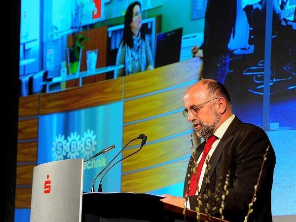 Bauernpräsident Werner Räpple hält die Laudatio auf den Gewinner des Sonderpreises, die  SBS Feintechnik