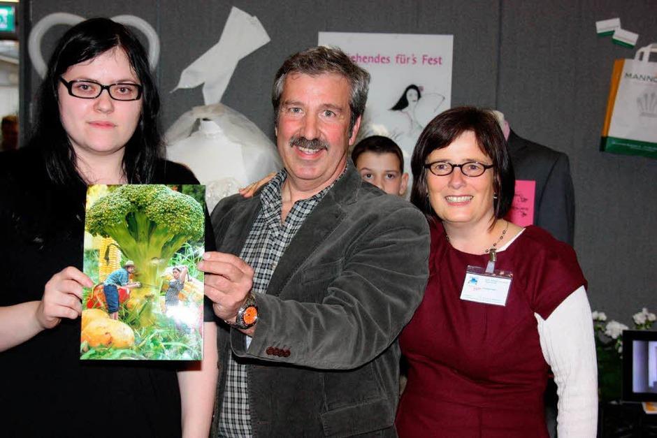 Gratulierten der Gewinnerin des Fotowettbewerbs, Sabine Oberkirch (links): Ulrich Glockner und  Annette Senn. (Foto: Christine Aniol)