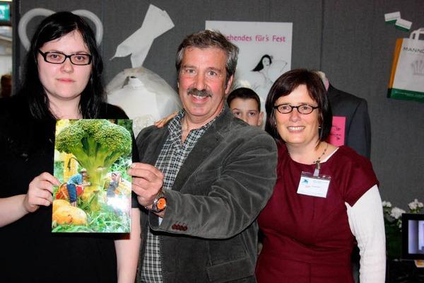 Gratulierten der Gewinnerin des Fotowettbewerbs, Sabine Oberkirch (links): Ulrich Glockner und  Annette Senn.