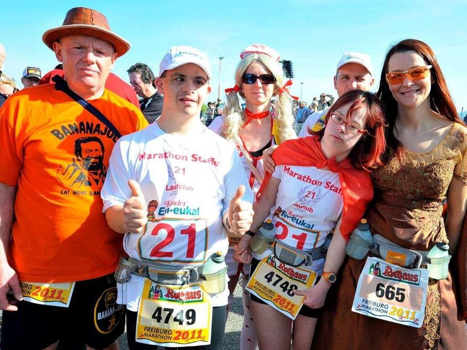 Konstantin Thiel und Carolin Kögel (li...rechts) beim Halbmarathon mitgelaufen.  | Foto: Rita Eggstein