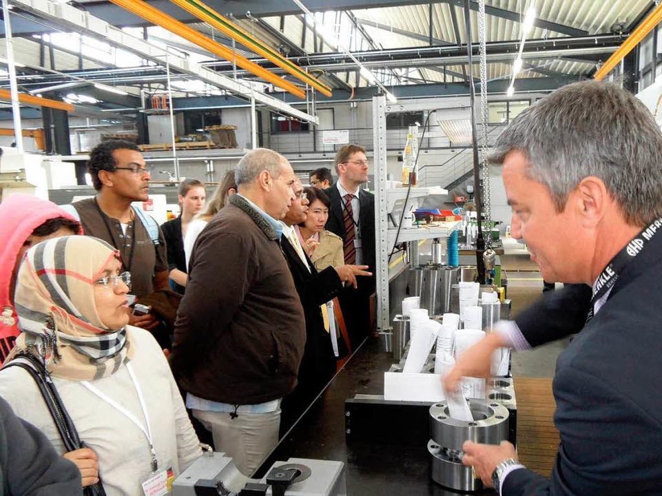 Großes Interesse an den Unternehmensstrukturen der Firma Merkle in Gottenheim.  | Foto: Paulina Grimm