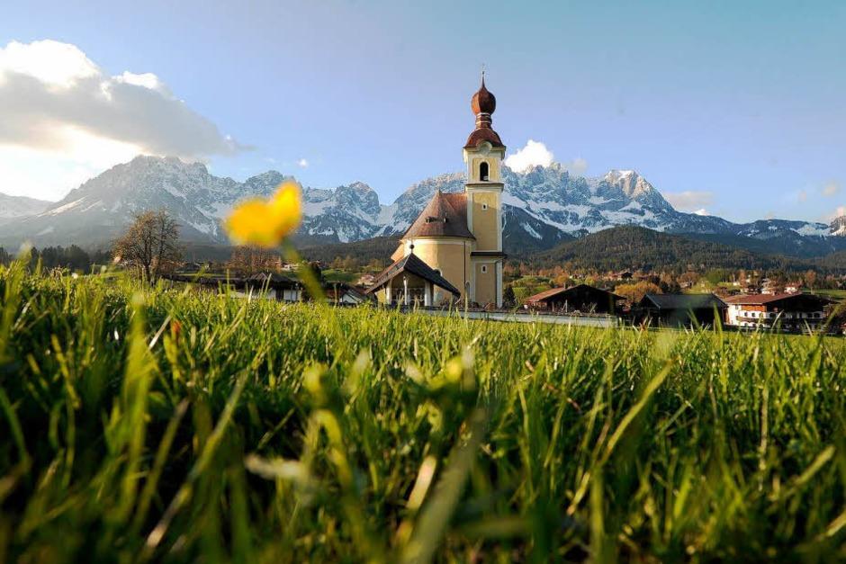 Idylle pur: Die Ortschaft Going bei Kitzbühel mit der Pfarrkirche zum Heiligen Kreuz. (Foto: dapd)