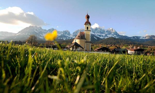 Idylle pur: Die Ortschaft Going bei Kitzbühel mit der Pfarrkirche zum Heiligen Kreuz.