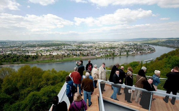 Den Besuchern auf der Aussichtsplattform liegt Koblenz zu F��en