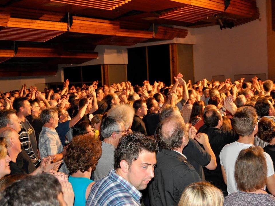 Begeisterung pur: Der Großteil der Fans sang die Lieder textsicher mit  | Foto: Nicolai Kapitz