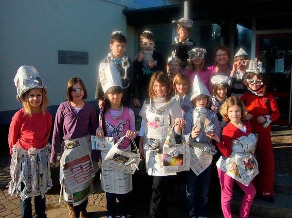 Lustige Kleider, Hüte und Taschen bastelte die Klasse 4a der René-Schickele-Schule.