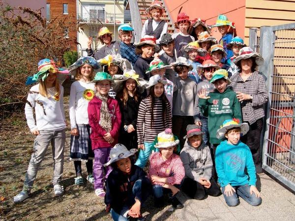 Tolle Hüte bastelte die Klasse 4b der Karoline-Kaspar-Schule.