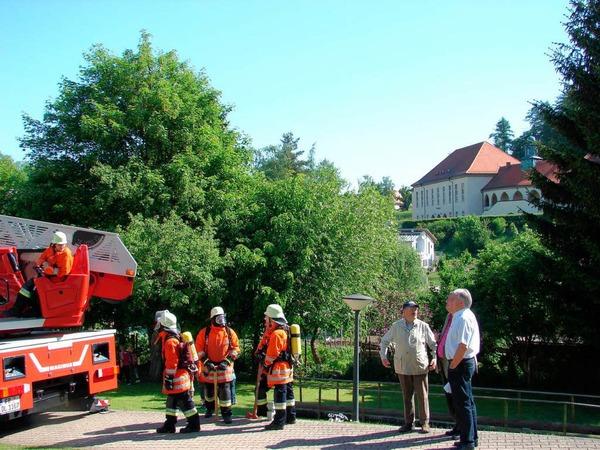 Als Beobachter der Szenerie waren Bürgermeister Norbert Brugger, sein Stellvertreter Rudolf Gwinner sowie Altkreisbrandmeister Fritz Isele (von links) zugegen.