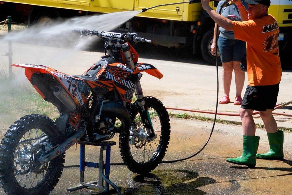 Abkühlung:  Über diese Dusche würde sich auch mancher Fahrer freuen. (Foto: Edgar Steinfelder)