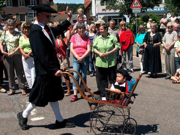Die Kleinsten hatten die Trachtengruppen in stilvolle alte Kinderwagen gesetzt