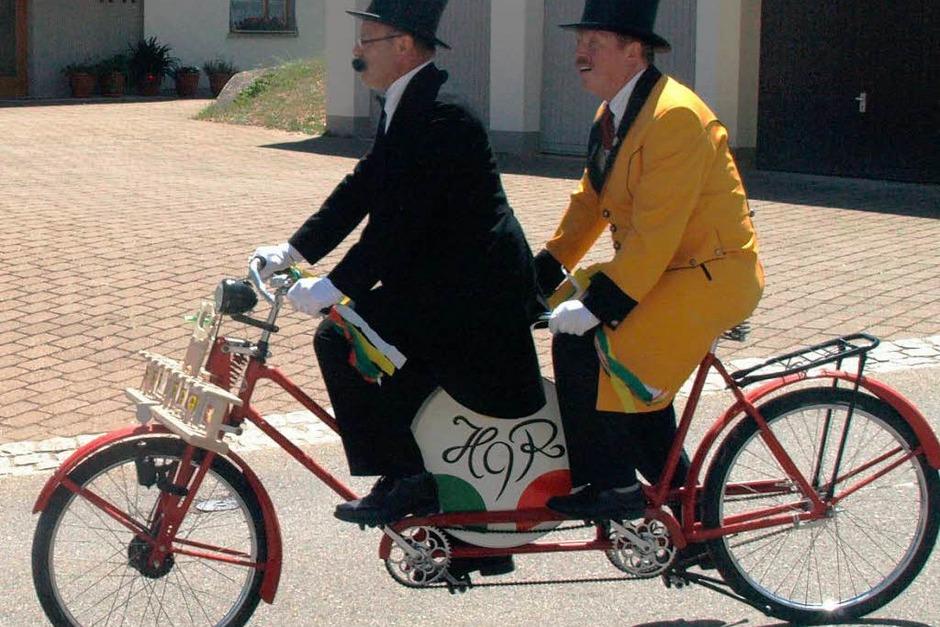 Der Neunerrat bereicherte das bunte Bild mit seinen abenteuerlichen Zweirädern (Foto: Karin Stöckl-Steinebrunner)