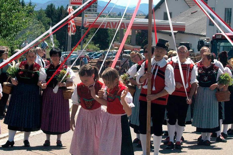Mit ihren farbenfrohen Bändern schmückten die Trachtengruppen den Umzug (Foto: Karin Stöckl-Steinebrunner)